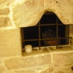 Antica finestrella  che  nella fortificazione svolgeva il ruolo di spioncino