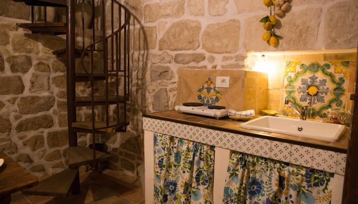 Casa Donna Giorgia, angolo cucina con antiche maioliche