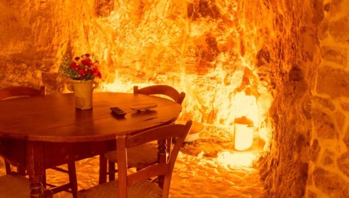 Incantevole zona pranzo in grotta